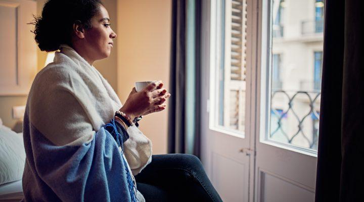 Femme qui souffre de la maladie veineuse chronique